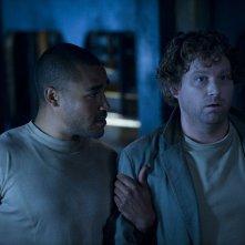 Il Sergente Greer (Jamil Walker Smith) sorregge Volker (Patrick Gilmore) nell'episodio Hope di Stargate Universe