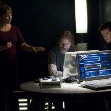 Kathleen Quinlan parla con Justin Louis e Robert Carlyle nell'episodio Alliances di Stargate Universe