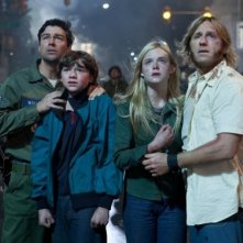 Kyle Chandler, Joel Courtney, Elle Fanning e Ron Eldard nel film Super 8