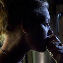 Una pensierosa TJ (Alaina Kalanj) nell'episodio Hope di Stargate Universe