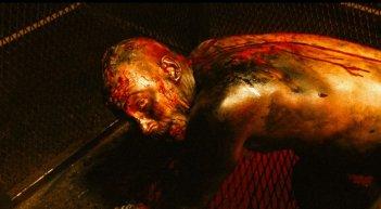 Tom Hardy irriconoscibile in una scena di Bronson