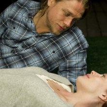 Charlie Hunnam e Liv Tyler in una scena del film The Ledge