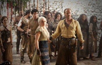 Emilia Clarke e Iain Glen in una scena dell'episorio The Ponity End della prima stagione di Game of Thrones