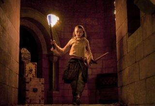Maisie Williams in una scena dell'episorio The Ponity End della prima stagione di Game of Thrones