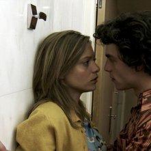 Lizzie Brocheré e Pierre Perrier nei panni di due appassionati amanti in di American Translation