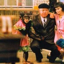 Paolo Villaggio tra due babbuine in Fantozzi subisce ancora