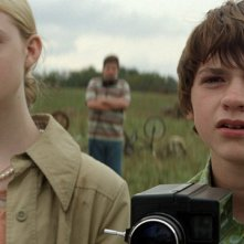 Elle Fanning e Joel Courtney nel film Super 8
