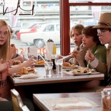 Joel Courtney, Elle Fanning e Ron Eldard in una scena del film Super 8