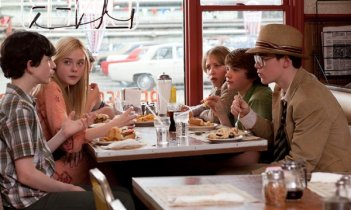 Joel Courtney, Elle Fanning e Ron Eldard in una scena del film Super 8