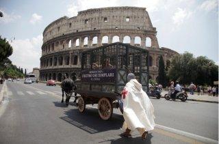 Due cavalieri scortano una strega a Roma per il lancio de L'ultimo dei templari.