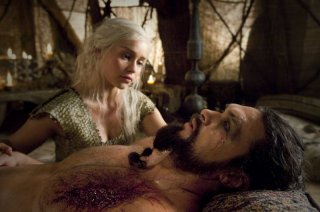 Emilia Clarke e Jason Momoa in una sequenza dell'episodio Baelor di Game of Thrones