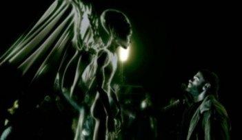 Massimo Poggio alle prese con un alieno nel film 6 giorni sulla terra