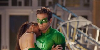 Blake Lively e Ryan Reynolds in una scena di Green Lantern