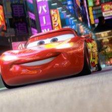 Lightning McQueen a centro pista nel film Cars 2