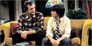 Michael Gross e Michael J. Fox nella serie Casa Keaton