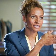Michelle Hurd in una scena della serie The Glades