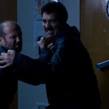 Clive Owen e Jason Statham avvinghiati nella prima immagine ufficiale di The Killer Elite