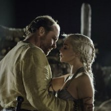 Emilia Clarke e Iain Glen in una scena dell'episodio Fire and Blood di Game of Thrones