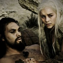 Emilia Clarke e Jason Momoa in una sequenza dell'episodio Fire and Blood di Game of Thrones