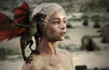 Emilia Clarke in una scena dell'episodio Fire and Blood di Game of Thrones