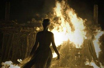 Emilia Clarke in una sequenza dell'episodio Fire and Blood di Game of Thrones