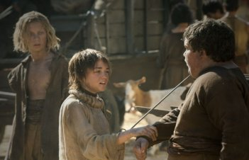 Maisie Williams in una scena dell'episodio Fire and Blood di Game of Thrones