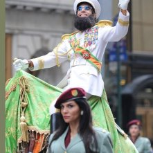 The Dictator a New York: ecco Sacha Baron Cohen in sella ad un cammello mentre gira per Manhattan, durante le riprese del suo film.