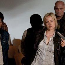 A destra, Jessy Schram e Sarah Carter nell'episodio The Armory della serie Falling Skies