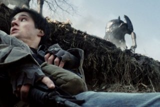 Drew Roy in una tesa sequenza del pilot della serie Falling Skies