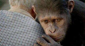 L'alba del pianeta delle scimmie: la scimmia Caesar abbraccia Charles
