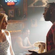 Anna Paquin e Nelsan Ellis in una scena della stagione 4 di True Blood