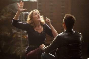 Fiona Shaw e Kevin Alejandro in una scena della stagione 4 di True Blood