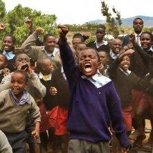Il piccolo Kamau Mbaya con gli altri bambini di The First Grader