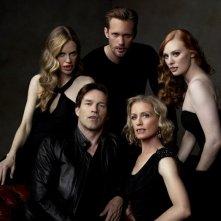 Kristin Bauer, Alexander Skarsgard, Deborah Ann Woll, Jessica Tuck e Stephen Moyer in una foto promozionale della stagione 4 di True Blood