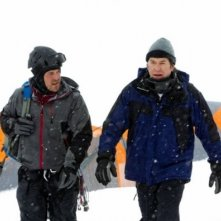 Christian Kane e Timothy Hutton nell'episodio 'The Long Way Down Job' di Leverage (stagione 4)
