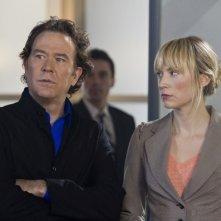 Timothy Hutton e Beth Riesgraf nell'episodio 'The Hot Potato Job' di Leverage