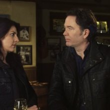 Timothy Hutton e Gina Bellman nell'episodio 'The 15 Minutes Job' di Leverage