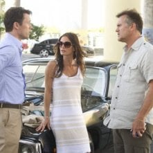 Bruce Campbell, Jeffrey Donovan e Gabrielle Anwar nell'episodio 'No Good Deed' di Burn Notice