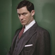 Dominic West in una foto promozionale per The Hour