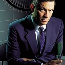 Dominic West in una foto promozionale per la serie The Hour