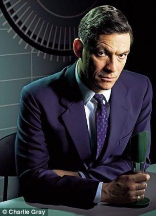Dominic West in una foto promozionale per la serie The Hour