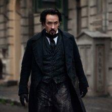 Ecco la prima immagine ufficiale di John Cusack in The Raven