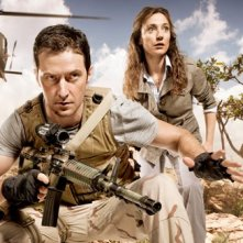 Jodhi May e Richard Armitage in una immagine promo di Strike Back