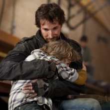 Maxim Knight e Noah Wyle in una scena dell'episodio Prisoner of War della serie Falling Skies