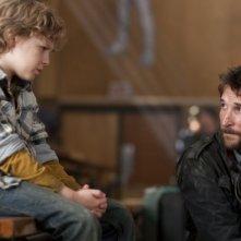 Il piccolo Maxim Knight e Noah Wyle nell'episodio Prisoner of War della serie Falling Skies