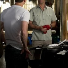 Una foto di Seth Peterson e Jeffrey Donovan nell'episodio 'Mind Games' di Burn Notice