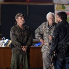 Will Patton, Dale Dye e Noah Wyle nell'episodio Prisoner of War della serie Falling Skies