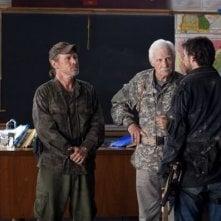Will Patton, Dale Dye e Noah Wyle nell'episodio Prisoner of War della serie Falling Skies