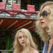 Isabelle Huppert e Anamaria Vartolomei in una sequenza di My Little Princess