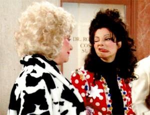 Renée Taylor (di spalle) e Fran Drescher nel divertente serial La Tata